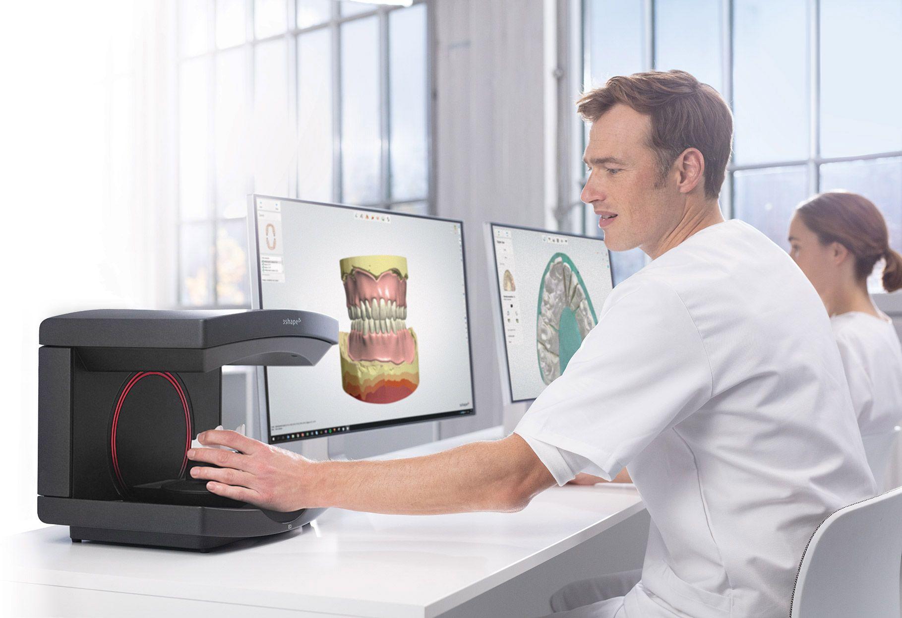 牙科专家使用 E4 技工所扫描仪